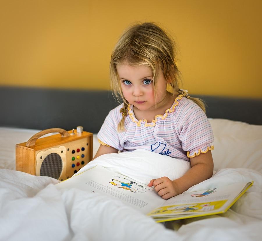 Girl listens eagerly to hörbert